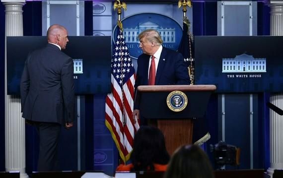 Ông Trump được mật vụ yêu cầu rời đi giữa họp báo. Ảnh: AFP.