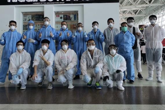 William Li và các đồng nghiệp của anh mặc đồ bảo hộ cá nhân đầy đủ ở sân bay quốc tế Chennai khi bắt đầu hành trình. Ảnh: William Li