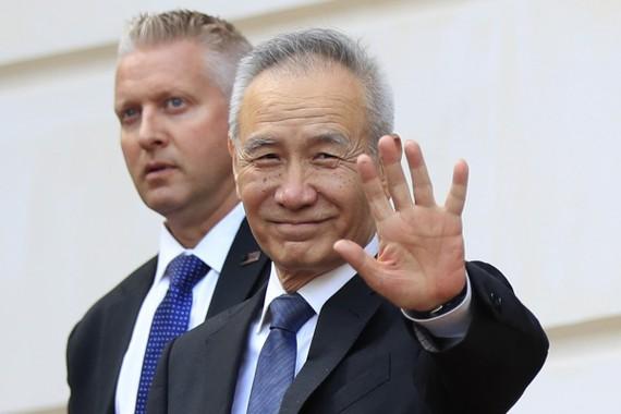 Phó Thủ tướng Trung Quốc Lưu Hạc (phải) Ảnh: AP