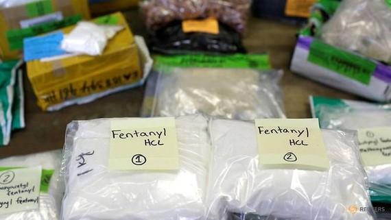 Túi nhựa Fentanyl được bày trên bàn tại khu vực Hải quan và Bảo vệ Biên giới Hoa Kỳ tại Cơ sở Thư tín Quốc tế tại Sân bay Quốc tế O'Hare ở Chicago, Illinois, vào ngày 29 tháng 11 năm 2017. (Ảnh: REUTERS / Joshua Lott)