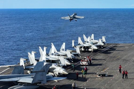 Một chiếc F / A-18E Super Hornet cất cánh từ sàn đáp của tàu sân bay hải quân Mỹ trên Biển Đông. Ảnh: EPA