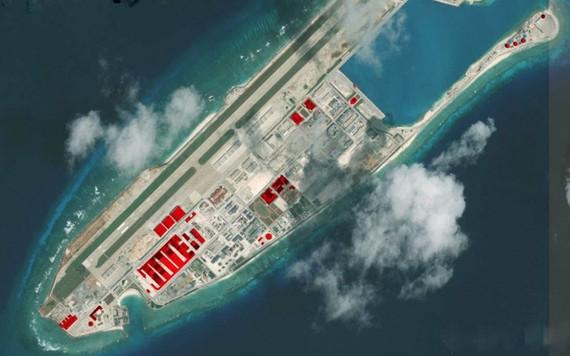 Trung Quốc đã xây dựng đường băng, nhà chứa máy bay và cơ sở radar phi pháp trên đá Chữ Thập, quần đảo Trường Sa. (Ảnh: AMTI)