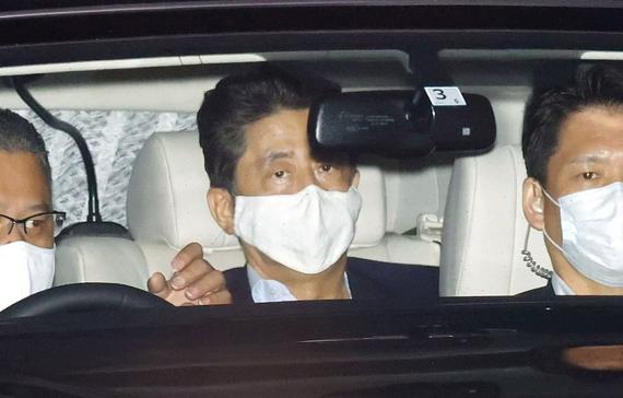 Thủ tướng Nhật Bản Shinzo Abe, đứng giữa, rời Bệnh viện Đại học Keio ở Tokyo hôm thứ Hai trong bối cảnh có nhiều đồn đoán về sức khỏe của ông. Ảnh: Kyodo