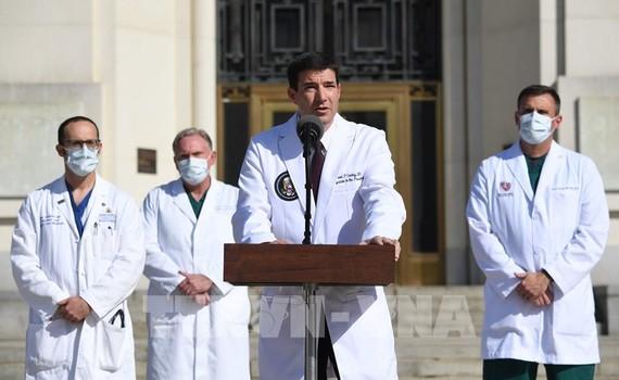Bác sĩ Nhà Trắng, ông Sean Conley (giữa), thông báo tình hình sức khỏe của Tổng thống Mỹ Donald Trump, tại Trung tâm quân y Walter Reed ở Bethesda, bang Maryland ngày 5/10/2020. Ảnh: AFP/TTXVN