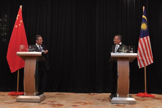 Bộ trưởng Ngoại giao Trung Quốc Vương Nghị phát biểu trong một cuộc họp báo chung sau cuộc gặp song phương với Bộ trưởng Ngoại giao Datuk Seri Hishammuddin Tun Hussein tại Kuala Lumpur vào 13-10-2010.  Ảnh: Bernama