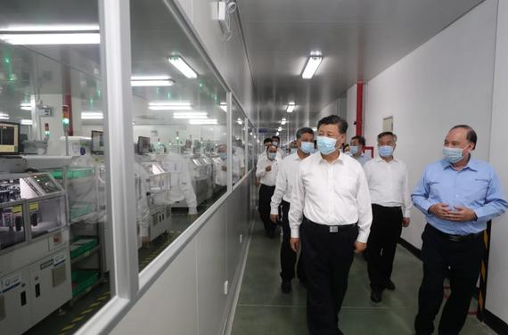 Chủ tịch Trung Quốc Tập Cận Bình đến thăm một công ty sản xuất thiết bị điện tử ở Triều Châu, Quảng Đông, hôm 12-10 trong chuyến công du cấp cao tới tỉnh  miền Nam. Ảnh: Xinhua