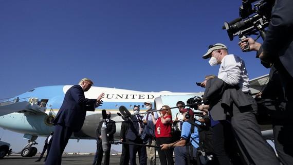 Tổng thống Donald Trump nói chuyện với các phóng viên tại Sân bay Quốc tế Phoenix Sky Harbour, Thứ Hai, ngày 19 tháng 10 năm 2020, ở Phoenix. (Ảnh AP / Alex Brandon)