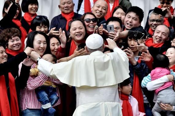 Giáo hoàng Francis chào đón các tín hữu từ Trung Quốc khi ông đến dự buổi tiếp kiến chung hàng tuần của mình tại Quảng trường Thánh Peter ở Vatican vào 18-04 Ảnh: TIZIANA FABI/AGENCE FRANCE-PRESSE/GETTY IMAGES