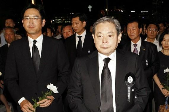 (Hình ảnh, caption: Chủ tịch Lee Jea-yong liệu có thoát khỏi cái bóng quá lớn của cha mình? - nguồn ảnh: Reuters)