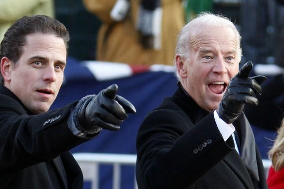 Joe (phải) và Hunter Biden.