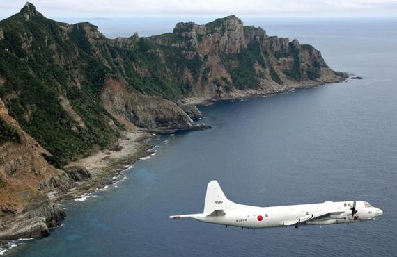 Một máy bay không người lái giám sát của Nhật Bản bay qua các đảo tranh chấp được gọi là Senkakus ở Nhật Bản và Điếu Ngư ở Trung Quốc. Ảnh: AP