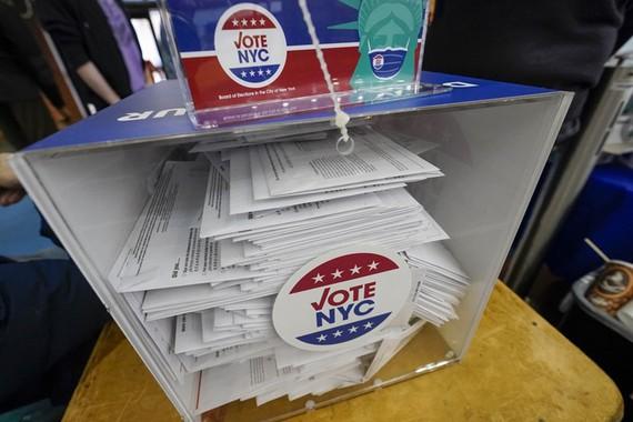 Lá phiếu vắng mặt trong thùng đã niêm phong tại New York ngày 27/10. Ảnh: AP