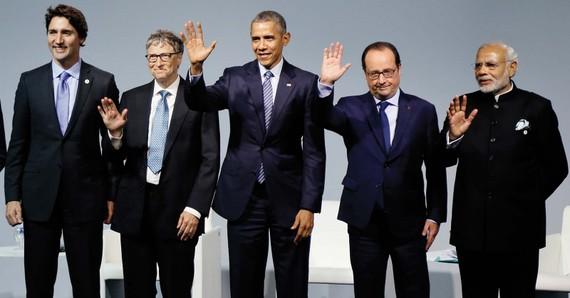 Tham dự Hội nghị biến đổi khí hậu Paris 2015 có nhiều nguyên thủ quốc gia và chính phủ cũng như các bên khác quan tâm đến việc hỗ trợ công nghệ năng lượng sạch. Từ trái sang: Thủ tướng Canada Justin Trudeau, người sáng lập Microsoft Bill Gates, Cựu Tổng