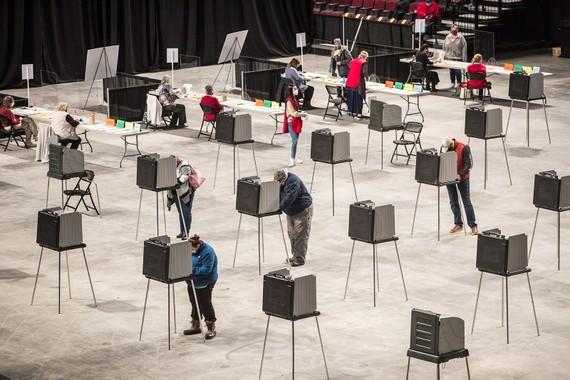 Cử tri đi bỏ phiếu tại Bangor, bang Maine vào ngày 3/11. Ảnh: Getty Images