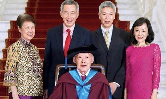 Gia đình Lý với người sáng lập quốc gia đã qua đời Lý Quang Diệu ở giữa, Thủ tướng Lý Hiển Long (giữa-trái), Lý Hiển Dương (giữa-phải) và Lee Suet Fern (phải). Ảnh: Facebook