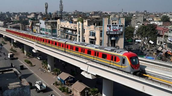 """Dù mang lại nhiều tiện lợi cho người dân nhưng tuyến đường sắt đô thị Orange Line được xem là một chiếc """"bẫy"""" đã khiến chính phủ Pakistan tiếp tục mắc nợ Trung Quốc. Nguồn ảnh: BBC"""
