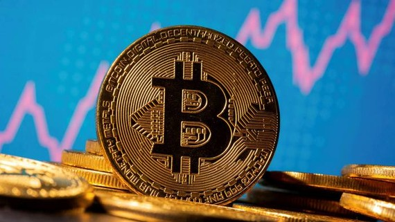 Some investors are looking at bitcoin as a potential alternative to gold, an asset that tends to rise during periods of inflation and of turmoil in geopolitics or markets © Reuters