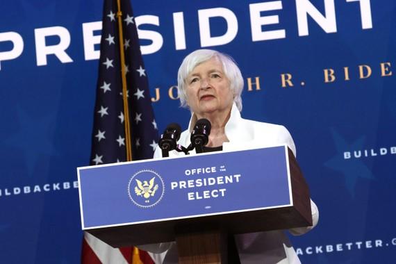 Janet Yellen, người được Biden đề cử làm Bộ trưởng Ngân khố trong chính quyền dự kiến, phát biểu trong buổi lễ công bố thành viên nội các chính phủ dự kiến vào ngày 1/12. Nguồn ảnh: Alex Wong/WSJ