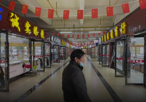 Bên trong khu chợ. Ảnh: Reuters