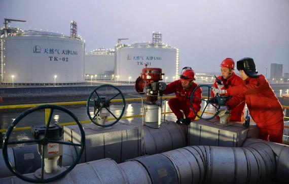 Kỹ thuật viên Sinopec kiểm tra cơ sở khí đốt tự nhiên hóa lỏng (LNG) ở Thiên Tân  Ảnh: China Daily