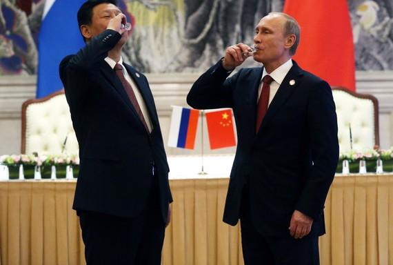 Chủ tịch Trung Quốc Tập Cận Bình và Tổng thống Nga Vladimir Putin gặp mặt vào năm 2017.  Ảnh: Getty Images/Sasha Mordovets