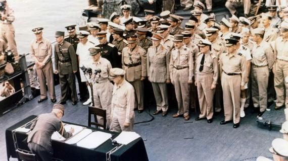 Các đại diện của Nhật Bản đứng trên tàu USS Missouri trước khi ký kết văn kiện đầu hàng kết thúc WWII, 2-9-1945. Nguồn: Universal Images Group qua Getty