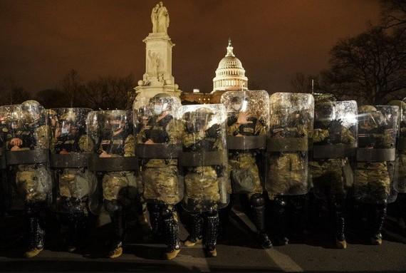 Lực lượng vệ binh bảo vệ khu vực trước Quốc hội Mỹ. (Ảnh: AP)