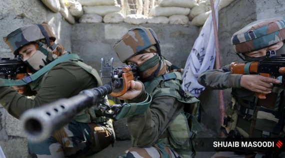 Quân đội Ấn Độ đã triển khai một trung đội nữ binh sĩ gần ranh giới kiểm soát 8-2020. Ảnh: Express/Shuaib Masoodi