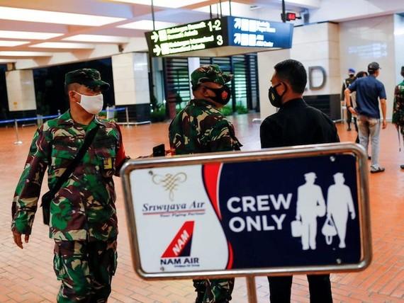 Các binh sĩ Indonesia tại sân bay quốc tế Soekarno-Hatta sau vụ máy bay Sriwijaya Air mất liên lạc sau khi cất cánh, ở Tangerang, gần Jakarta, Indonesia, hôm 9/1. Ảnh: Reuters
