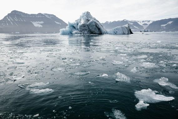 Băng tan trên sông băng. Ảnh minh họa