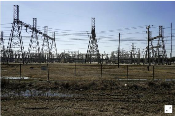 Một trạm biến áp điện được nhìn thấy sau khi thời tiết mùa đông gây mất điện ở Houston, Texas, Hoa Kỳ ngày 20 tháng 2 năm 2021. REUTERS / Go Nakamura // File Photo
