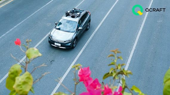 Robobus đầu tiên với giải pháp lái xe tự động của Driven-by-QCraft. Ảnh: QCraft