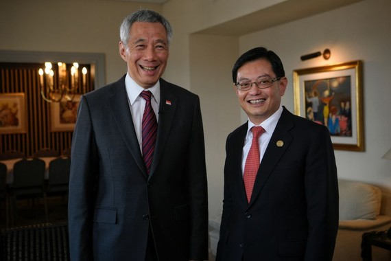 Thủ tướng Lý Hiển Long (trái) và phó thủ tướng Heng Swee Keat (phải)  Ảnh: MARK CHEONG