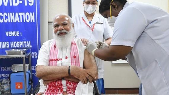 Thủ tướng Narendra Modi tiêm vaccine Covid-19.