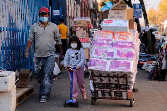 Người dân đi bộ tại một khu thương mại ở Santiago. (AFP qua Getty Images)
