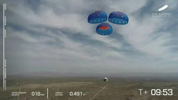 Tàu New Shepard sử dụng dù để hạ cánh trong cuộc thử nghiệm ở Tây Texas vào ngày 14 tháng 4 © AP