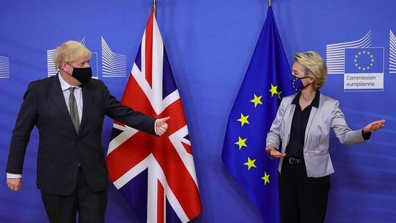 Thủ tướng Anh Boris Johnson (bìa trái) được Chủ tịch Ủy ban châu Âu Ursula von der Leyen chào đón tại tòa nhà Berlaymont, trụ sở EU ở Brussels vào ngày 9/12/2020. Ảnh: AFP