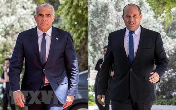 Lãnh đạo đảng Yemina của Israel Naftali Bennett (phải) và lãnh đạo đảng Yesh Atid, ông Yair Lapid. (Ảnh: AFP/TTXVN).