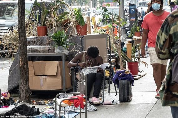 Những người vô gia cư sinh sống trên vỉa hè ở Manhattan hồi năm ngoái. Nguồn ảnh: DailyMail.com