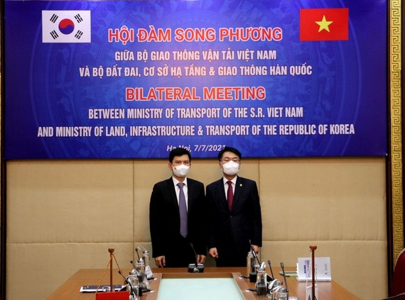 Yun Seong-won and Le Anh Tuan at the bilateral meeting on July 7 to strengthen Vietnam-South Korea transport ties