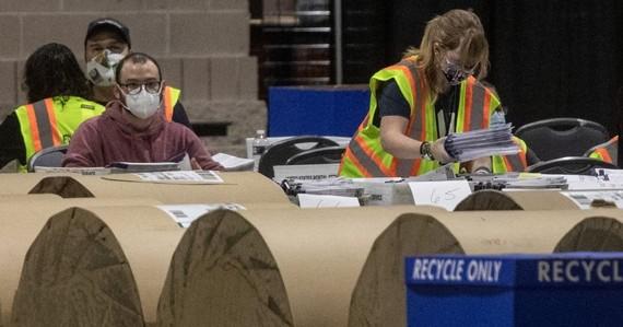 Nhân viên bầu cử kiểm phiếu tại Trung tâm Hội nghị Philadelphia vào ngày 6/11/2020 ở Philadelphia, Pennsylvania. (@ Chris McGrath / Getty)