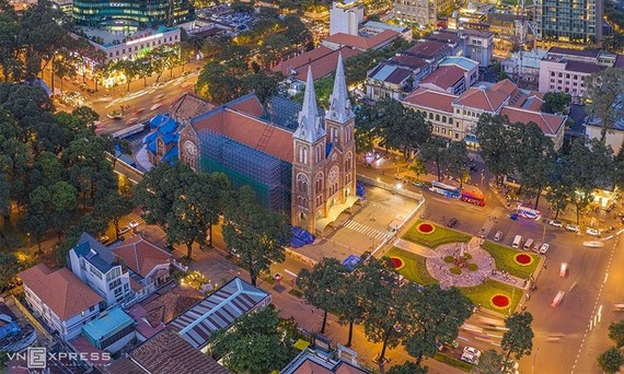 The Notre Dame Cathedral, an icon of HCMC, is lit up at night, 2020. Photo by VnExpress/Tran Ngoc Dung.
