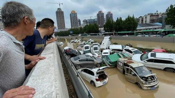 Xe ô tô bị nước lũ chất đống sau trận mưa tương đương 8 tháng đổ xuống trong 24 giờ ở Trịnh Châu © AFP qua Getty Images