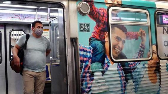 Một người đeo khẩu trang tại Chicago ngày 27/7. Ảnh: Getty Images