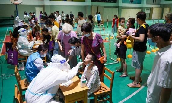 Các nhân viên y tế lấy mẫu xét nghiệm cho người dân tại thành phố Nam Kinh, tỉnh Giang Tô ngày 21/7/2021. Ảnh: Tân Hoa xã.