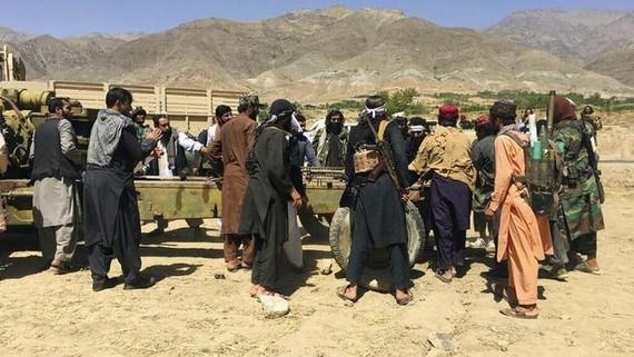 Lính Taliban tập trung với vũ khí và máy móc ở tỉnh Panjshir, phía đông bắc Afghanistan. Ảnh: AP (chụp ngày 8/9/2021).