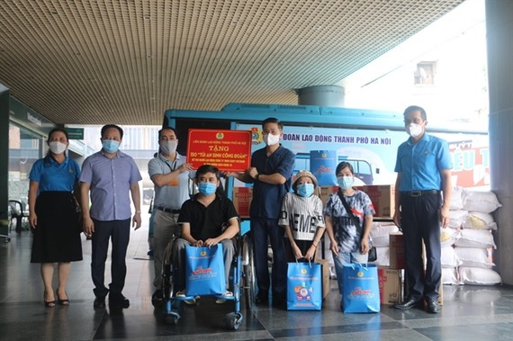 Hà Nội's Youth Union presents gifts for 150 labourers at Việt Nam Esoft Company which suffered serious impacts due to the COVID-19 pandemic. — VNA/VNS Photo Minh Nghĩa