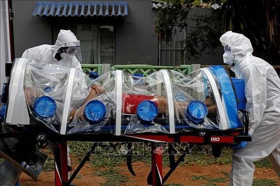 Chuyển bệnh nhân nhiễm COVID-19 tới điều trị tại bệnh viện ở Pretoria, Nam Phi. Ảnh: AFP/TTXVN