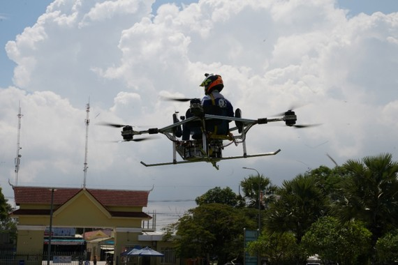 Lonh Vannsith lái thử chiếc máy bay không người lái tại Phnom Penh, Campuchia. Ảnh: Reuters.
