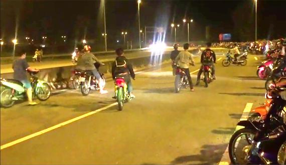 """Một nhóm """"quái xế"""" chuẩn bị đua trên đường dẫn cao tốc TPHCM - Trung Lương"""